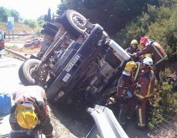 Mor el conductor d'un camió formigonera al bolcar el vehicle a la B-30