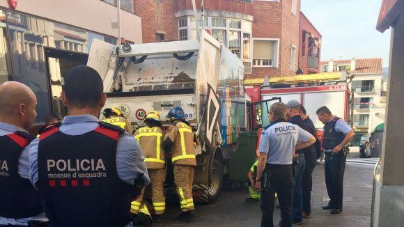 Un treballador de Valoriza es lesiona la mà quan utilitzava la maquinària del camió d'escombraries