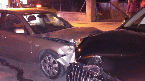Un ferit lleu en una col·lisió entre dos cotxes a Mira-sol