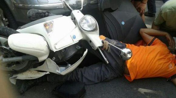 Ferit un motorista en ser envestit per un cotxe