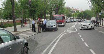 Un ferit lleu en un accident de trànsit entre tres vehicles a Pla del Vinyet