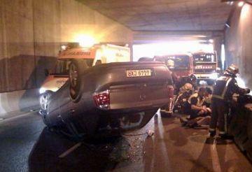 Un cotxe bolcat al túnel de la Ronda Nord deixa dos ferits lleus