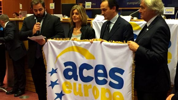 La tinent d'alcalde Carmela Fortuny i el regidor d'Esports, Eloi Rovira, han rebut el distintiu d'ACES Europe