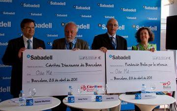 Banc Sabadell lliura 16.000 euros a Càritas i Balia por la Infancia