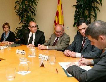 Imatge sobre la signatura de l'acord. (Cedida: Generalitat)