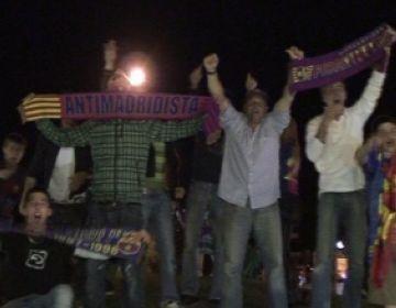 Els aficionats santcugatencs celebren la victòria del Barça amb la vista posada a la Champions