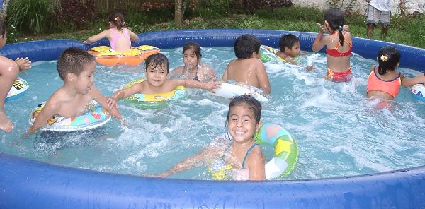 Els sancugatencs afronten les altes temperatures amb aigua i optimisme