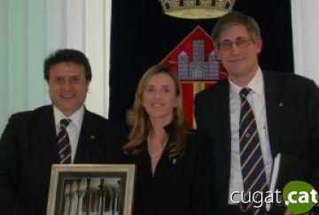 Els presidents dels dos Rotarys i la regidora d'Educació, Ester Salat
