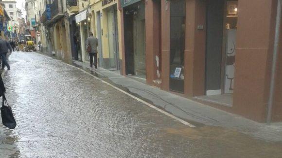 100 llars es queden sense aigua nou hores per una fuita al carrer de Santa Maria