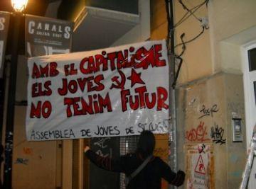 L'AJSC penja pancartes per anunciar la campanya anticapitalista més global que ha fet mai