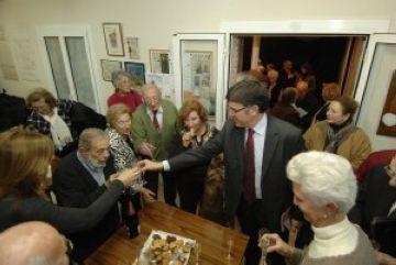 L'alcalde visita la gent gran dels casals per desitjar-los les bones festes