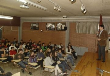 Una conferència a càrrec de l'alcalde, Lluís Recoder, explica als alumnes de l'IES Arnau Cadell com combatre el canvi climàtic