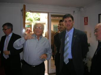El Síndic i l'alcalde, durant la visita a l'oficina