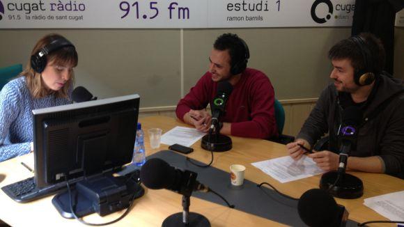 Àlex Gomar, al centre, als estudis de Cugat.cat