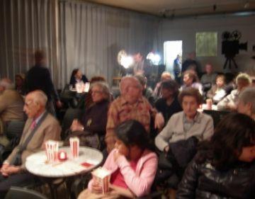 Una sessió de cinefòrum reuneix grans i petits en una trobada per combatre l'Alzheimer