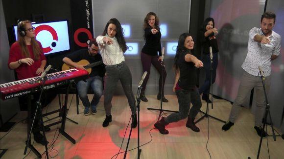 Una part dels components d'Amarcord Grup vocal al plató de Cugat tv