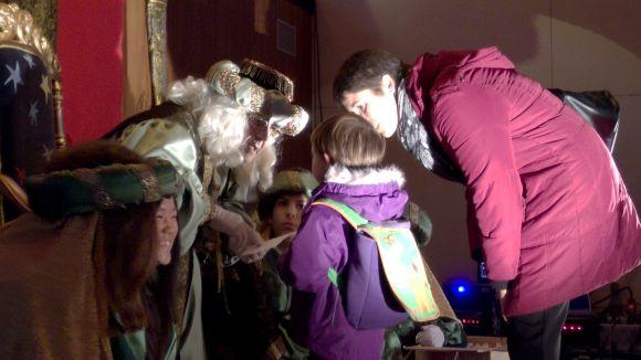 Els Ambaixadors Reials reben centenars d'infants per fer arribar les cartes a Ses Majestats
