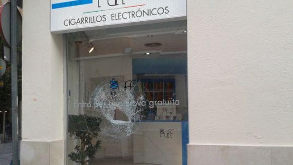 L'aparador trencat pertany a una botiga de cigarretes electròniques
