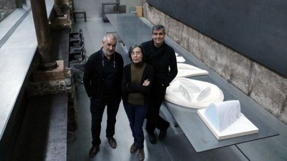 Rafael Aranda, Carme Pigem i Ramon Vilalta, a les seves oficines d'Olot després que es fes públic que havien guanyat el premi Pritzker / Foto: ACN