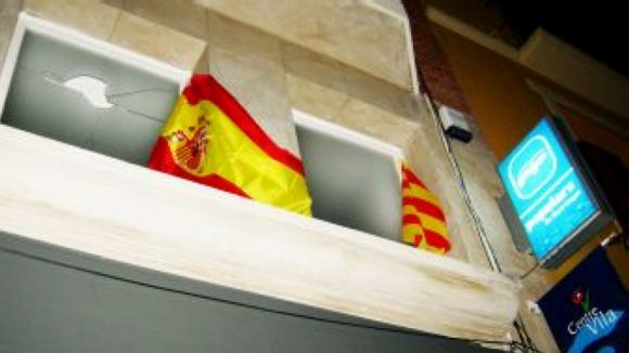 Arrenquen per 16a vegada la bandera espanyola de la seu del PP