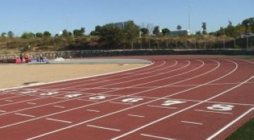 La gespa artificial a la pista d'atletisme, a l'abril