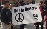 Unes 200 persones s'han concentrat a la plaça de Barcelona amb pancartes i cartells per dir no a la guerra