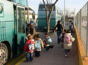 Els passos de vianants de les zones escolars es pintaran de vermell i blanc com a mesura de seguretat vial