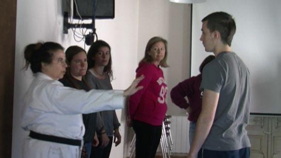 Un taller d'autodefensa feminista dota d'eines per afrontar situacions de risc