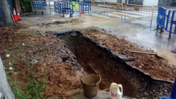 El trencament d'una canonada deixa 12 hores sense aigua 40 llars del passeig de Baixador de Mira-sol