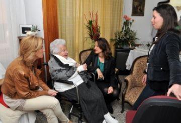 La veïna Maria Gloria Lorenzo rep la medalla Pi d'en Xandri per fer 100 anys