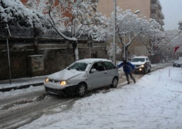 La neu ha paralitzat l'activitat de la ciutat aquest dilluns