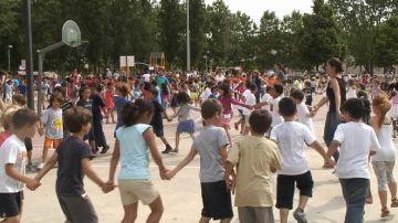 Un miler d'alumnes de les escoles públiques ballen al parc de Ramon Barnils