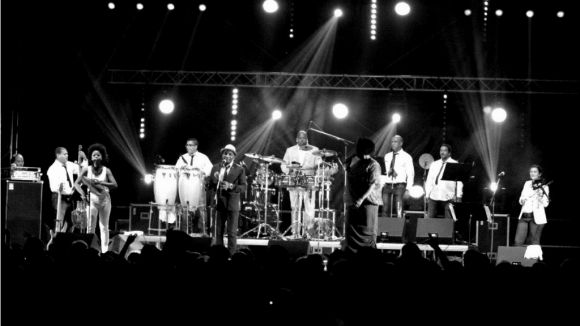 La plaça de Barcelona s'omple de salsa, cúmbia i música cubana aquesta nit
