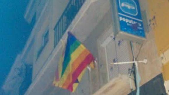Les JERC pengen la bandera de l'Arc de Sant Martí a la seu del PP, que denunciarà els fets