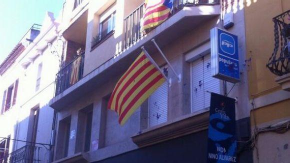 Tornen a arrencar la bandera espanyola de la seu del PP