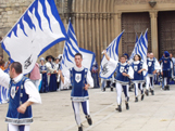 Un grup de banderers medievals actua davant la porta del Monestir