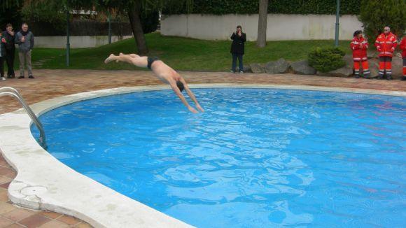 Veïns de Sant Cugat es banyen a la piscina per alertar sobre el canvi climàtic