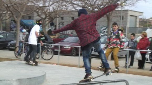 Joves santcugatencs posen a prova l''skatepark' de Mira-sol