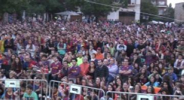 Cívica celebració de la victòria del Barça, que aplega milers de persones a la plaça d'Octavià