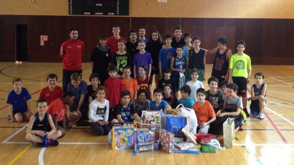Imatge dels participants amb les joguines / Foto: Qbasket Sant Cugat
