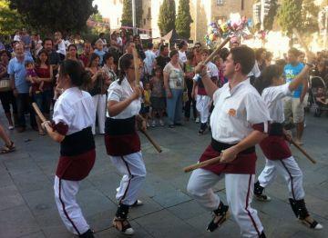 Les entitats 'atrapen' els santcugatencs en el seguici d'inici de la Festa Major