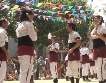 El repic d'un centenar de Bastoners anima els santcugatencs a seguir la festa