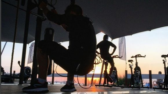 Un santcugatenc crea el primer gimnàs de platja transportable