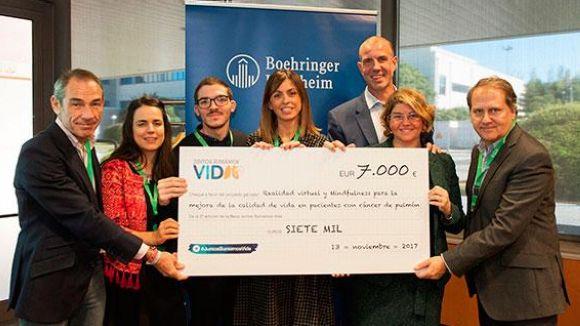 Els guanyadros recullen un taló simbòlic amb l'import de la beca / Foto: Boehringer-ingelheim.es