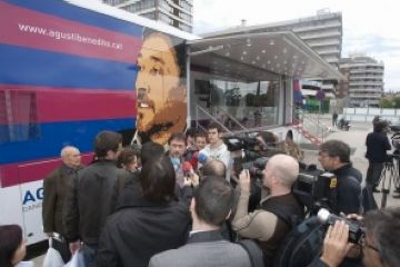 Benedito presenta el seu autobús de campanya