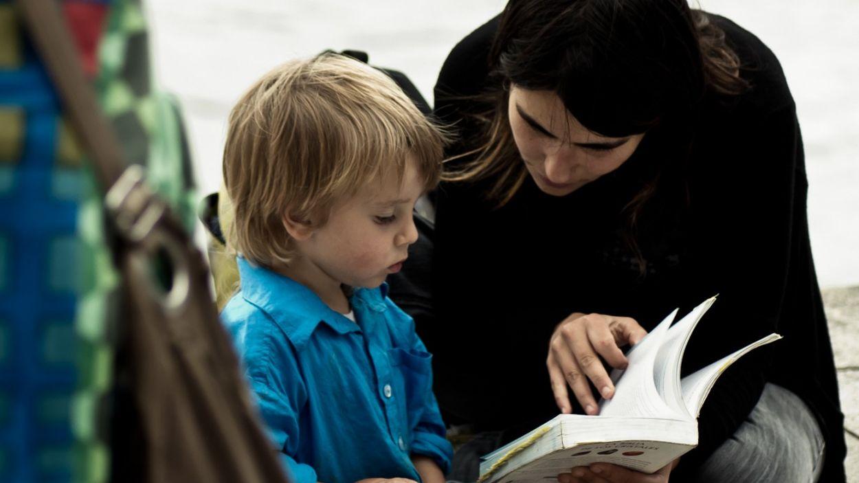 La lectura en família és una de les propostes per aquest mes de les Biblioteques de Sant Cugat / Font: CC-BY Flickr