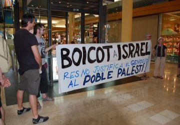 Col·lectius pro-palestins protesten contra una botiga israeliana del Centre Comercial