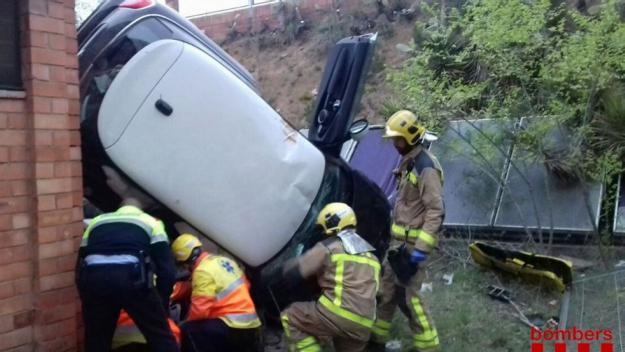 Un dels vehicles s'ha precipitat al patí de l'antic Leonardo / Foto: Bombers