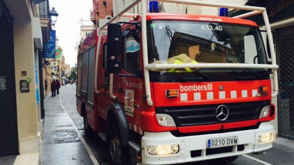 Els Bombers extingeixen l'incendi del motor d'un cotxe a l'avinguda Rius i Taulet