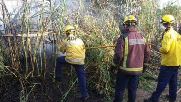 Controlat el foc de matolls a tocar de la via entre Sant Cugat i Valldoreix
